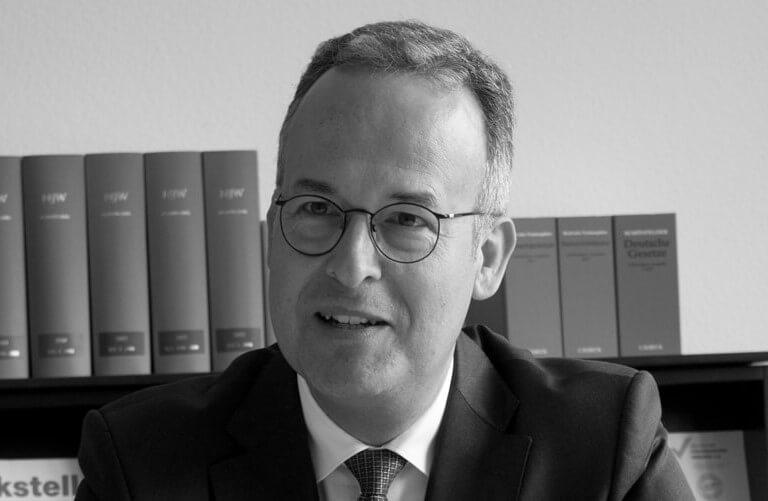 Dr. Martin Hackenberg in Wiesbaden. Gründer der Kanzlei Dr. Hackenberg. Kanzlei für Steuerrecht, Beratung im Steuerstreit, Beratung im Steuerstrafrecht, Gesellschaftsrecht und Stiftungsrecht